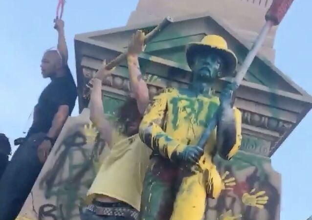 Socha, kterou vandalové polili barvou, ve městě Portsmouth ve Virginii