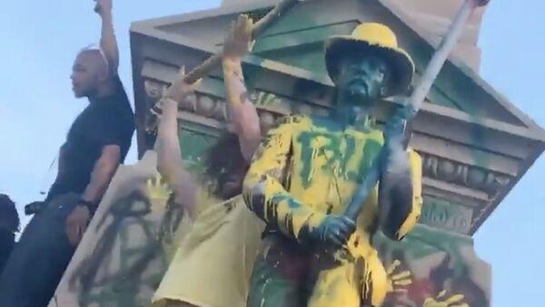Socha, kterou vandalové polili barvou, ve městě Portsmouth ve Virginii - Sputnik Česká republika