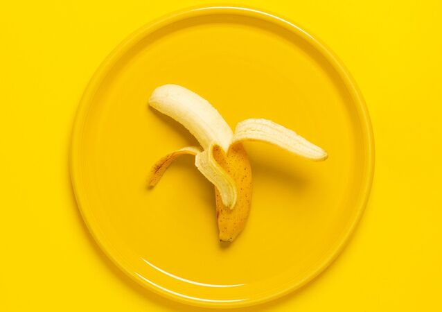 Banán na žlutém talíři