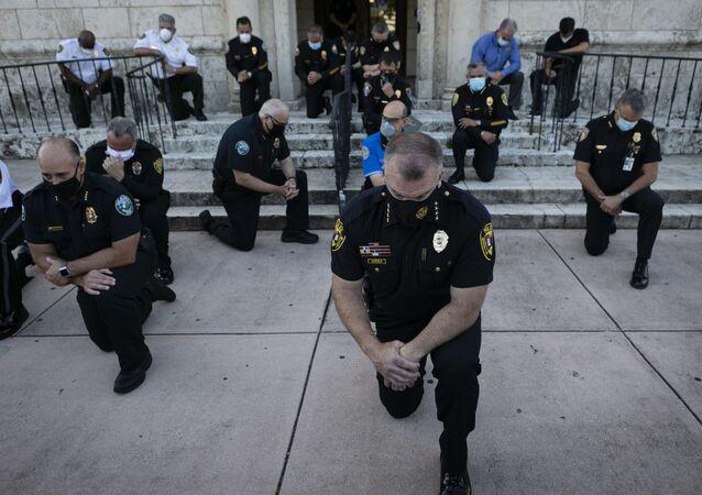 Policisté klečí během demonstrace kvůli smrti George Floyda v USA