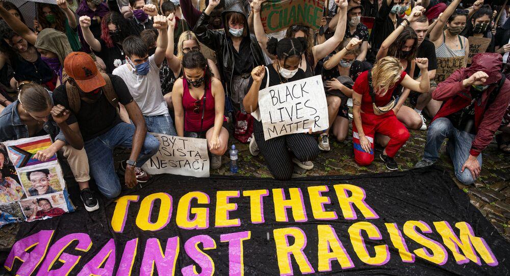 Demonstrace proti policejnímu a rasovému násilí u americké ambasády v Praze