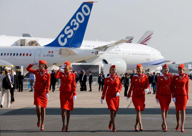 Letušky ruské letecké společnosti Aeroflot na letecké show v francouzkém Le Bourget