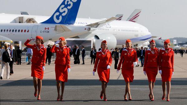 Letušky ruské letecké společnosti Aeroflot na letecké show v francouzkém Le Bourget - Sputnik Česká republika
