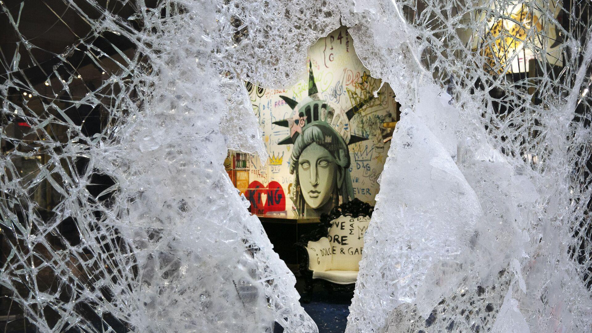 Rozbitá výloha obchodu značky Dolce & Gabbana v New Yorku - Sputnik Česká republika, 1920, 23.04.2021