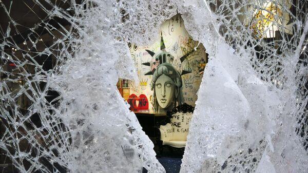 Rozbitá výloha obchodu značky Dolce & Gabbana v New Yorku - Sputnik Česká republika