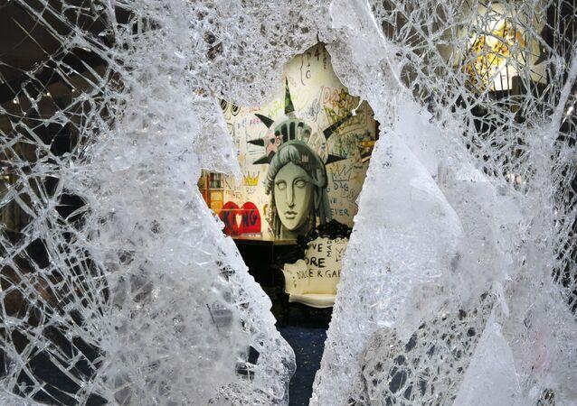 Rozbitá výloha obchodu značky Dolce & Gabbana v New Yorku