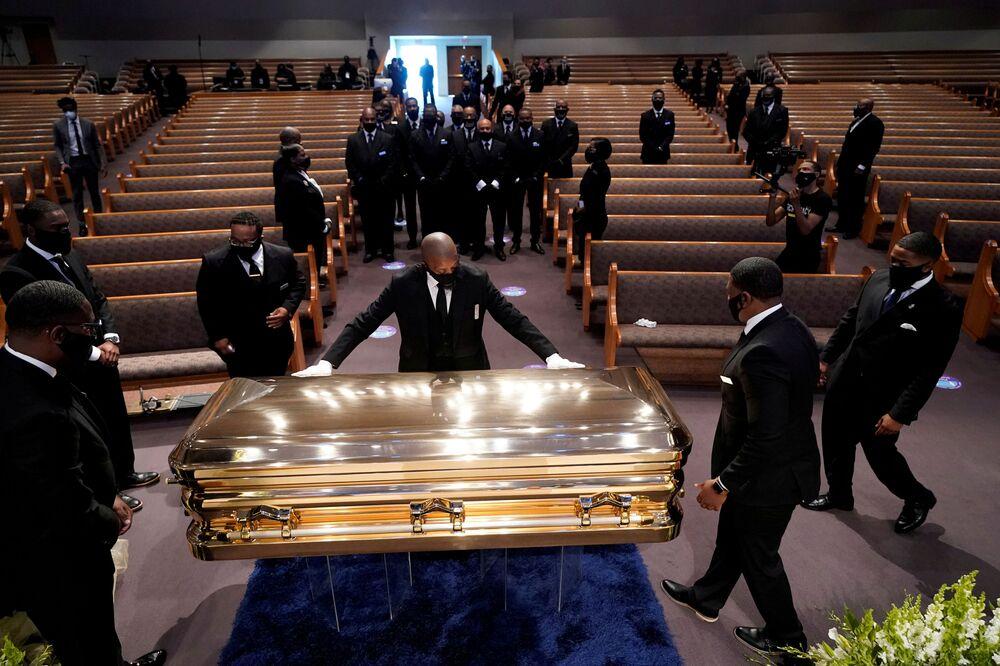 Pohřební obřad George Floyda v kostele Fountain of Praise v Houstonu, Texas.