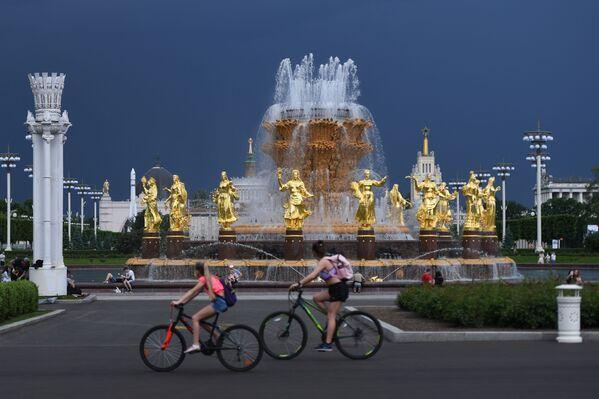 Návštěvníci výstavního areálu VDNCh u fontány Přátelství národů v Moskvě. - Sputnik Česká republika