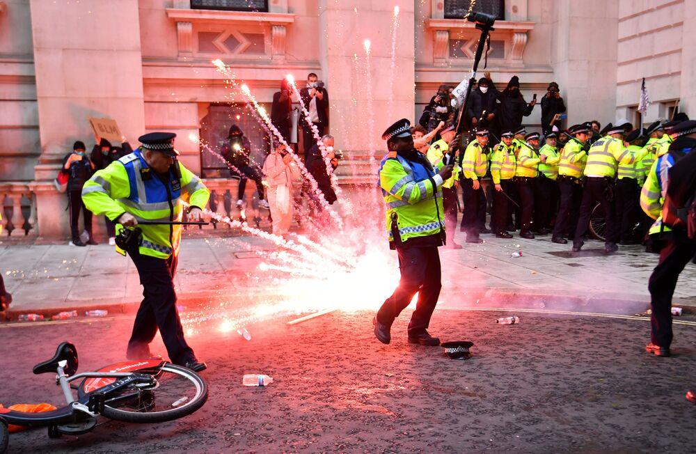 Policie během protestů hnutí Black Lives Matter v Londýně.