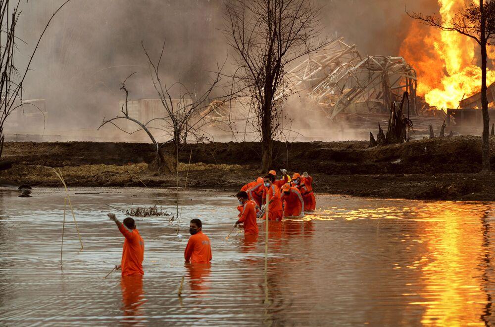 Indičtí záchranáři likvidují následky výbuchu ropného vrtu ve státě Assam.