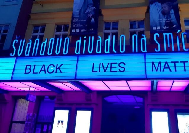 Švandovo divadlo na pražském Smíchově umístilo nad svým vchodem slogan Black Lives Matters
