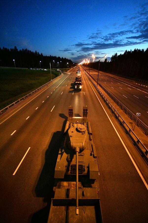 Tankové jednotky mířící do Moskvy, aby se dne 24. června zúčastnily přehlídky vítězství na Rudém náměstí. - Sputnik Česká republika
