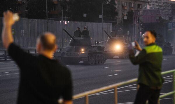 Kolemjdoucí vítají vojáky. - Sputnik Česká republika