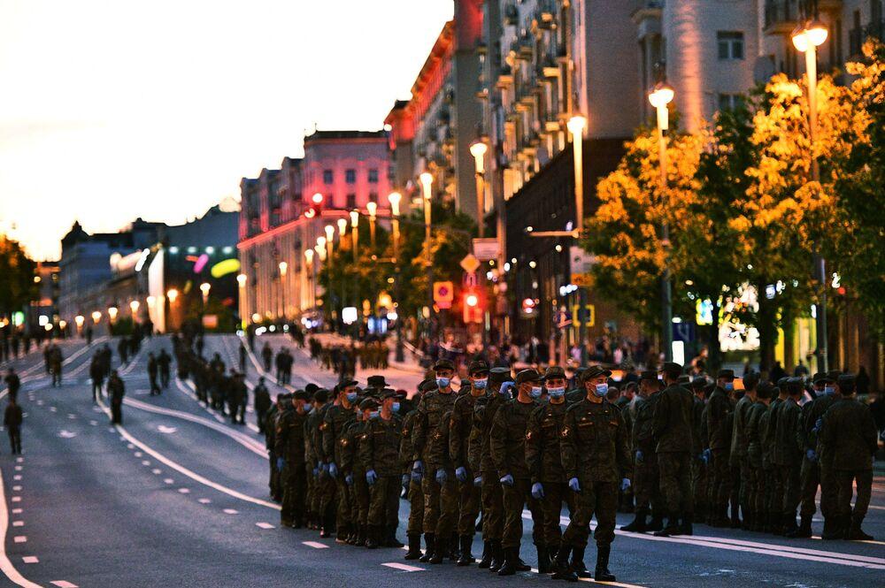 Cvičení posádek vojenské techniky k přehlídce vítězství.