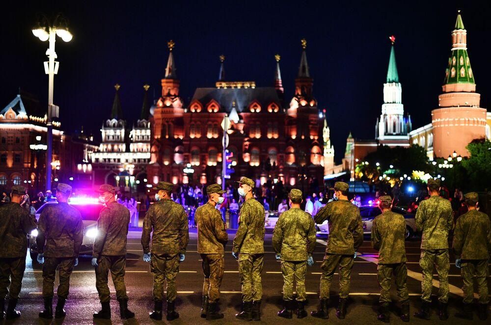 Vojáci v Tverské ulici během cvičení posádek vojenské techniky před zkouškou přehlídky na Rudém náměstí.