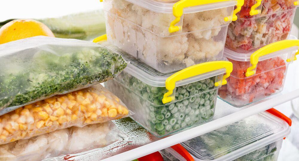Kelímky s potravinami v ledničce