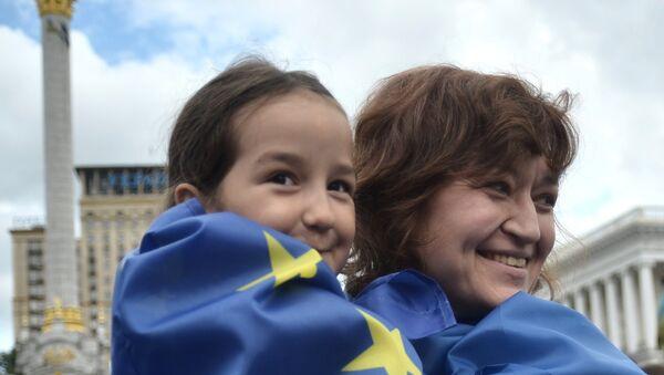 Ženy ve vlajkách Ukrajiny a EU - Sputnik Česká republika