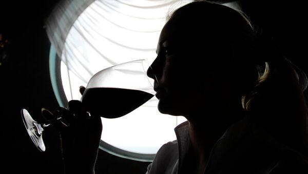Žena pije víno - Sputnik Česká republika