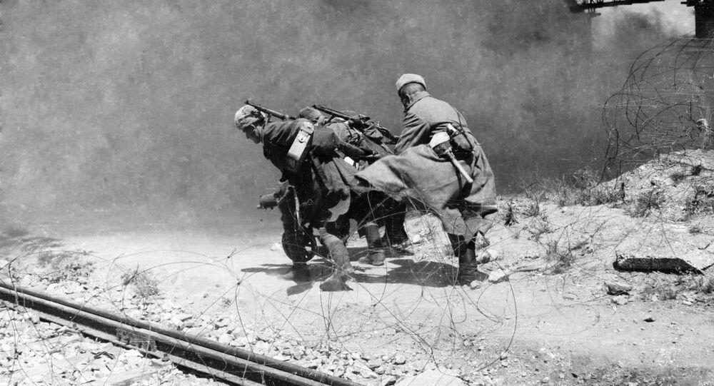 Vojáci Rudé armády v oblasti císařského mostu přes Dunaj. Vídeň, Rakousko
