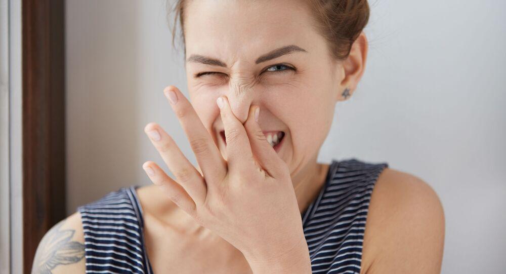 Dívka cítí nepříjemný zápach