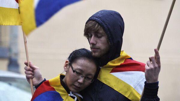 Mladý pár s tibetskou vlajkou na demonstraci před čínským velvyslanectvím v Praze, r. 2009 - Sputnik Česká republika