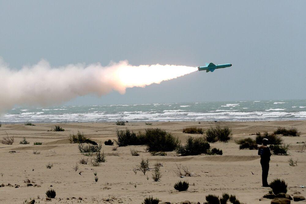 Íránská armáda odpaluje střelu s plochou dráhou letu