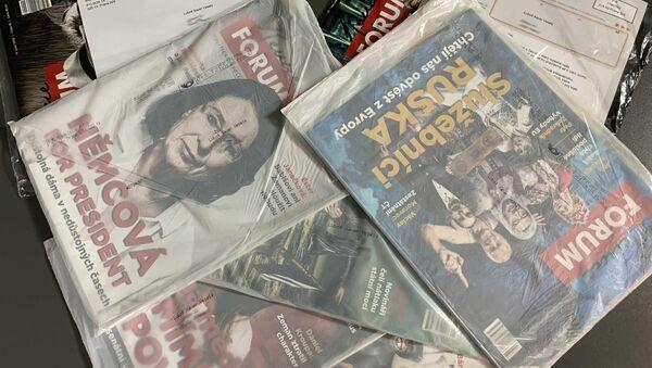 Luboš Xaver Veselý prodává časopisy Revue FORUM - Sputnik Česká republika