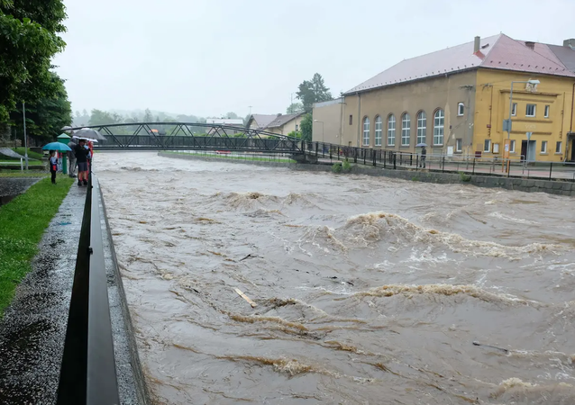 Řeka Smědá ve Frýdlantsku během vytrvalých dešťů