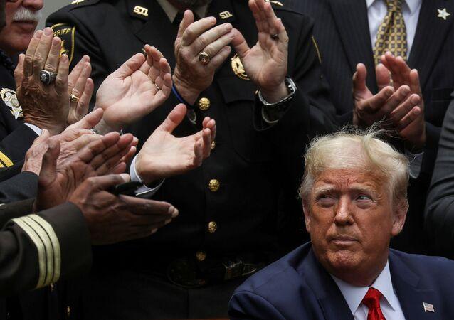Americký prezident Donald Trump po podpisu příkazu k reformě policie v Růžové zahradě Bílého domu