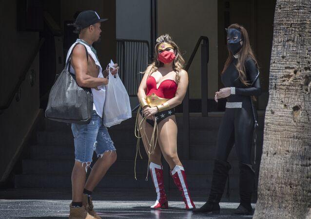 Pouliční herci v oblecích superhrdinů na proslulé ulici Hollywood Boulevard