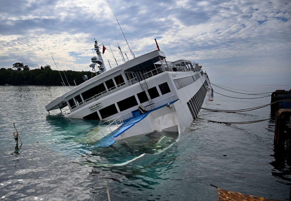 Tonoucí trajekt v Bali. Záchranáři evakuovali z tonoucího plavidla přes 60 lidí. Během nehody nebyl nikdo zraněn (13. 6. 2020)