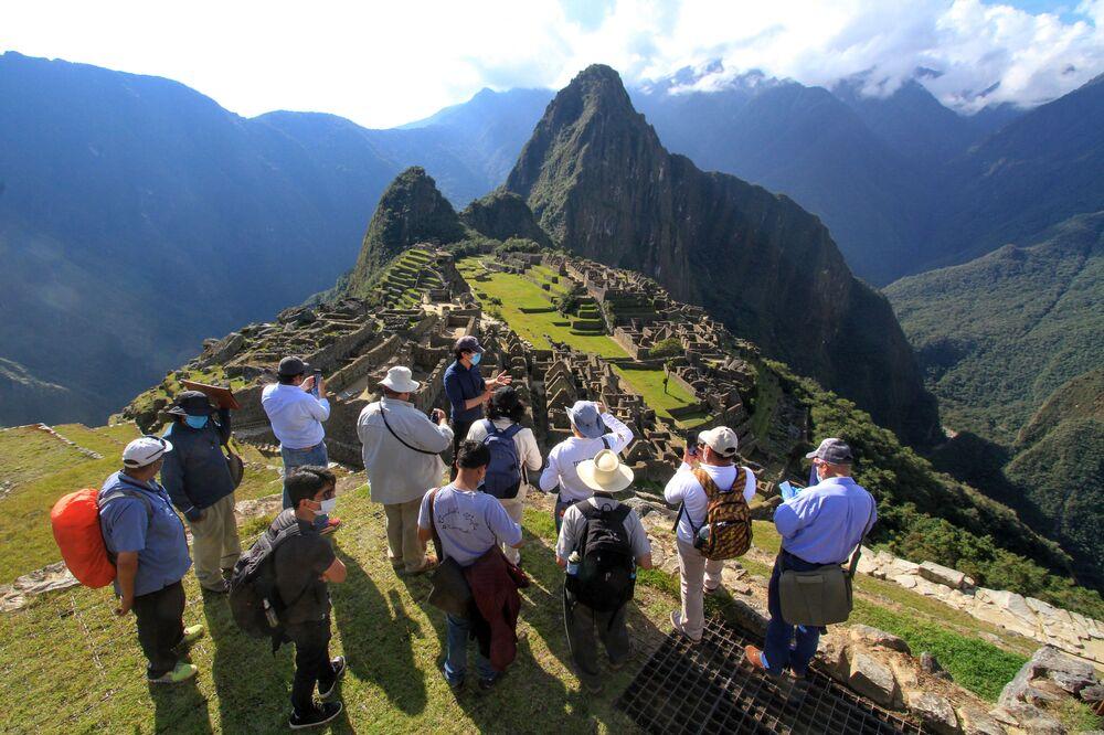 Členové vládní komise v Machu Picchu hodnotí nová pravidla pro návštěvy předkolumbovského kultovního místa v Peru s ohledem na epidemiologickou situaci spojenou s koronavirem