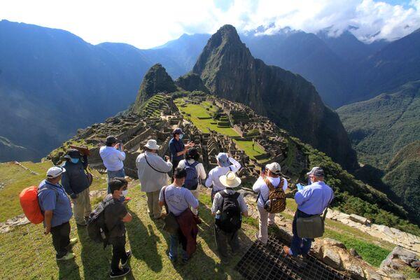 Členové vládní komise v Machu Picchu hodnotí nová pravidla pro návštěvy předkolumbovského kultovního místa v Peru s ohledem na epidemiologickou situaci spojenou s koronavirem - Sputnik Česká republika