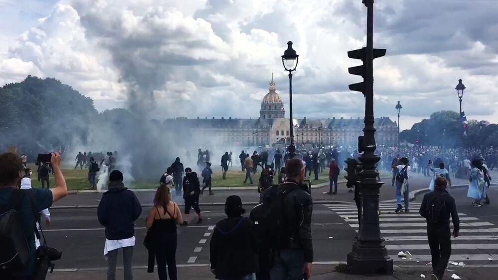 Nepokoje v Paříži během protestů zdravotníků