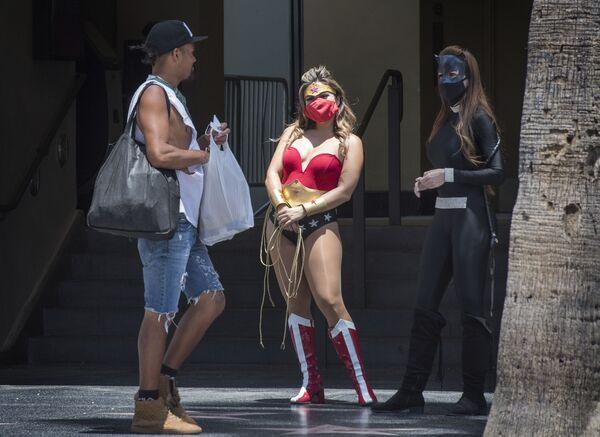 Pouliční herci v oblecích superhrdinů na proslulé ulici Hollywood Boulevard - Sputnik Česká republika