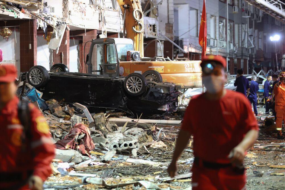 Následky výbuchy cisterny v provincii Če-ťiang. Při nehodě zemřelo 18 lidí a téměř 200 bylo zraněno
