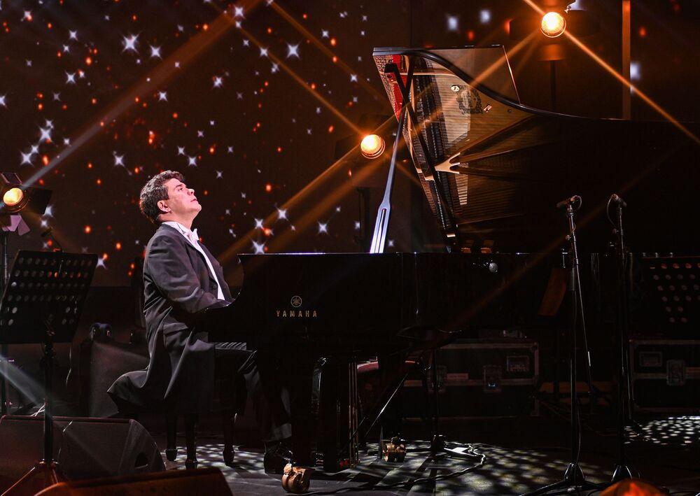 Online koncert ruského pianisty Denisa Macujeva v rámci projektu Show ON!