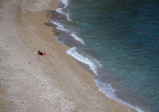 Dívka na opuštěné pláži v Chorvatsku