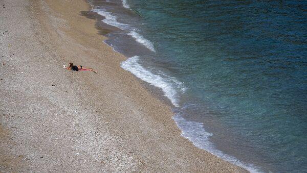 Dívka na opuštěné pláži v Chorvatsku - Sputnik Česká republika