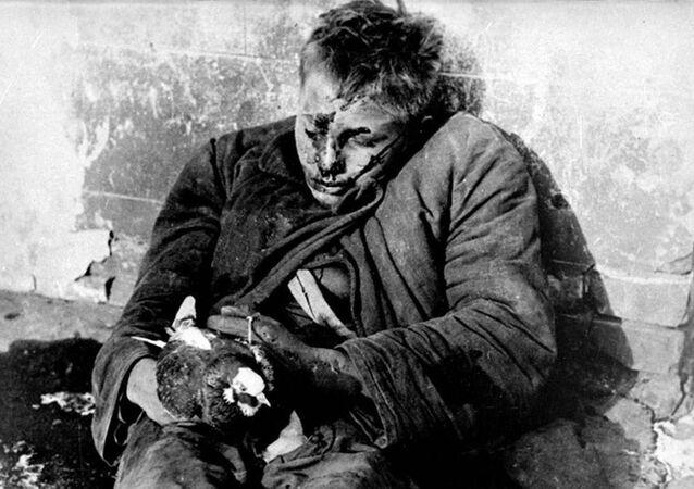 Slavná fotografie chlapce Viktora Čerevičkina držícího holubici, který byl zabit nacisty
