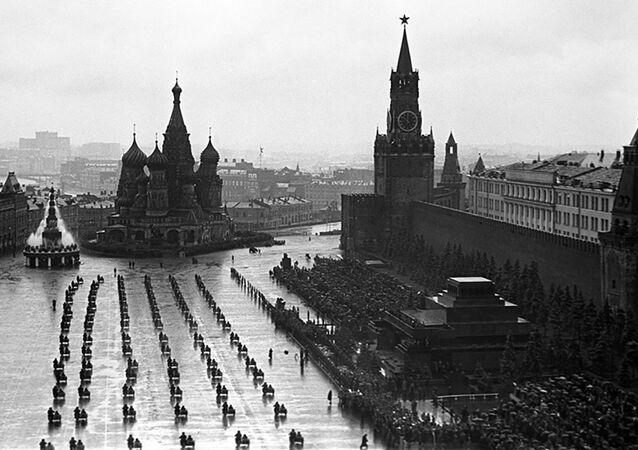 Přehlídka na Rudém náměstí dne 24. 6. 1945.