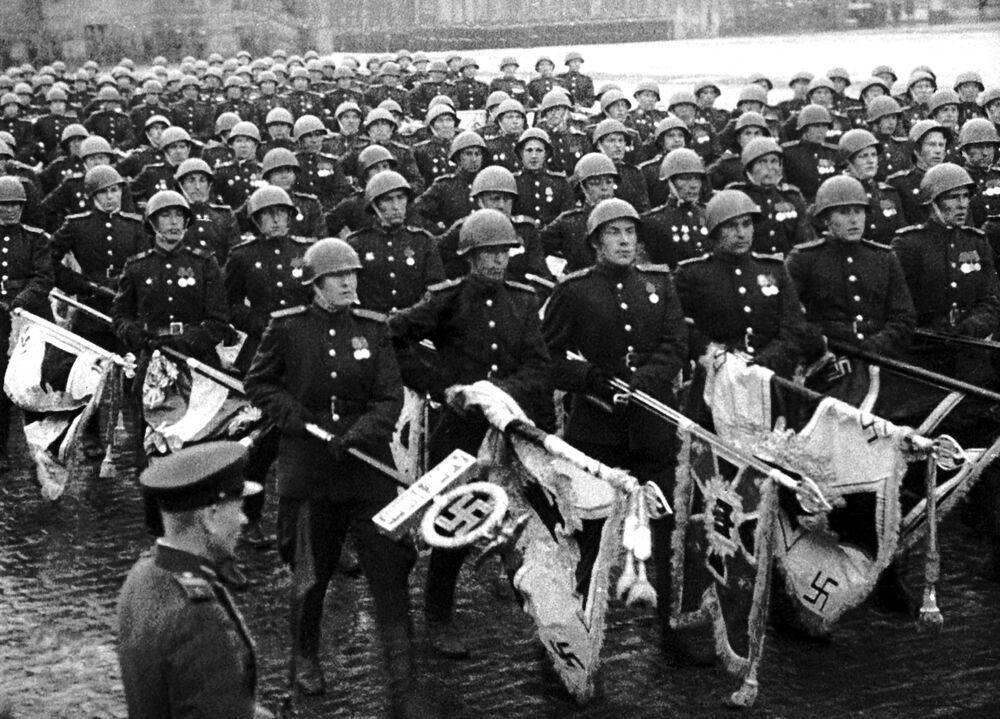 Záběry z dokumentárního filmu Velké vítězství sovětského lidu.