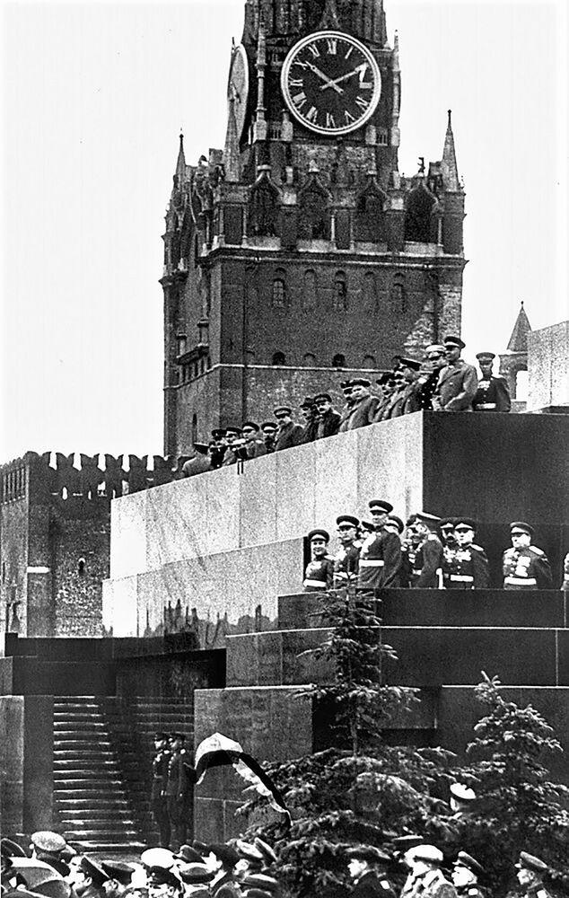 Mauzoleum během první přehlídky vítězství dne 24. 6. 1945.