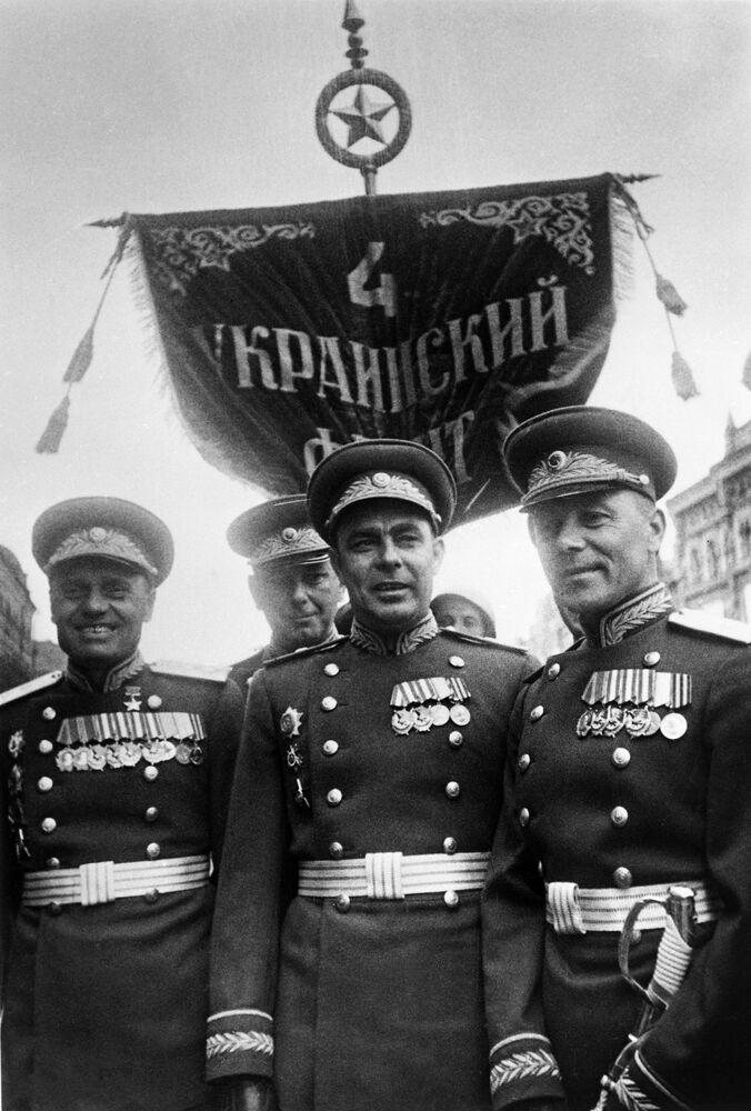 Účastníci první přehlídky vítězství na Rudém náměstí. Uprostřed stojí komisař pluku 4. ukrajinského frontu a budoucí vůdce Sovětského svazu Leonid Brežněv.