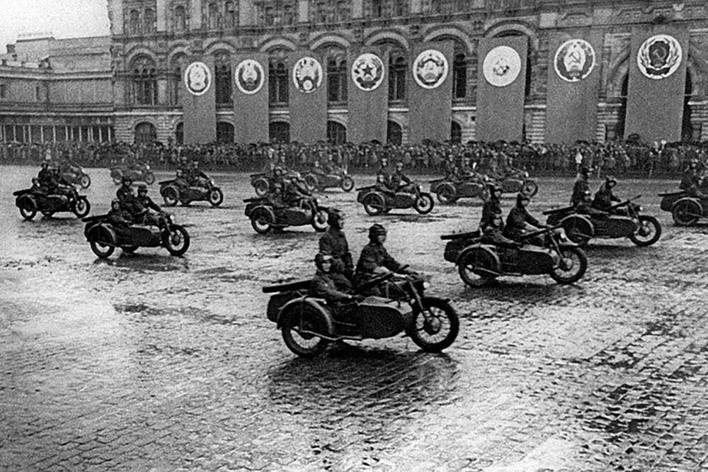 První přehlídka vítězství na Rudém náměstí.