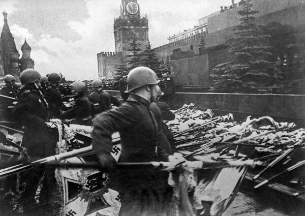 Vojáci z přehlídkových pěších útvarů házejí ke zdi mauzolea prapory a standarty německých bojových útvarů. - Sputnik Česká republika
