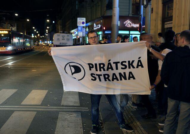 Příznivci České pirátské strany s vlajkou