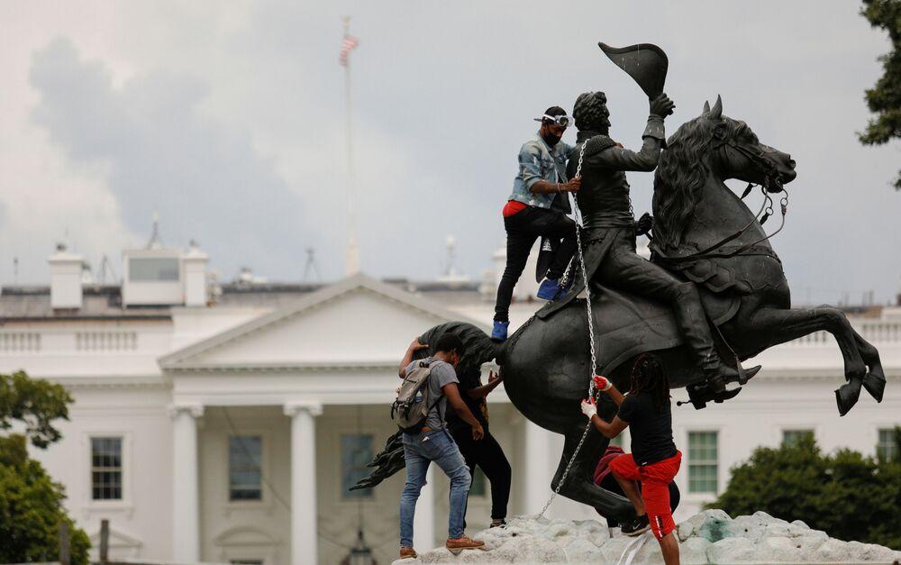 Protestující ve Washingtonu se snaží svrhnout pomník americkému prezidentovi Andrewovi Jacksonovi před Bílým domem.
