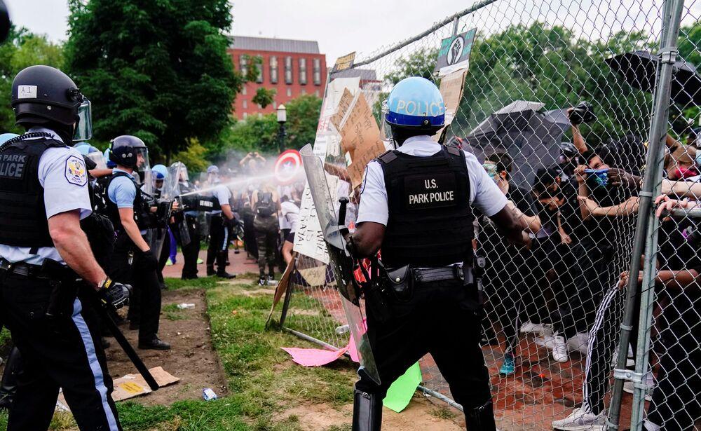 Policie zasahuje proti demonstrantům, kteří se snažili svrhnout pomník americkému prezidentovi Andrewovi Jacksonovi před Bílým domem.