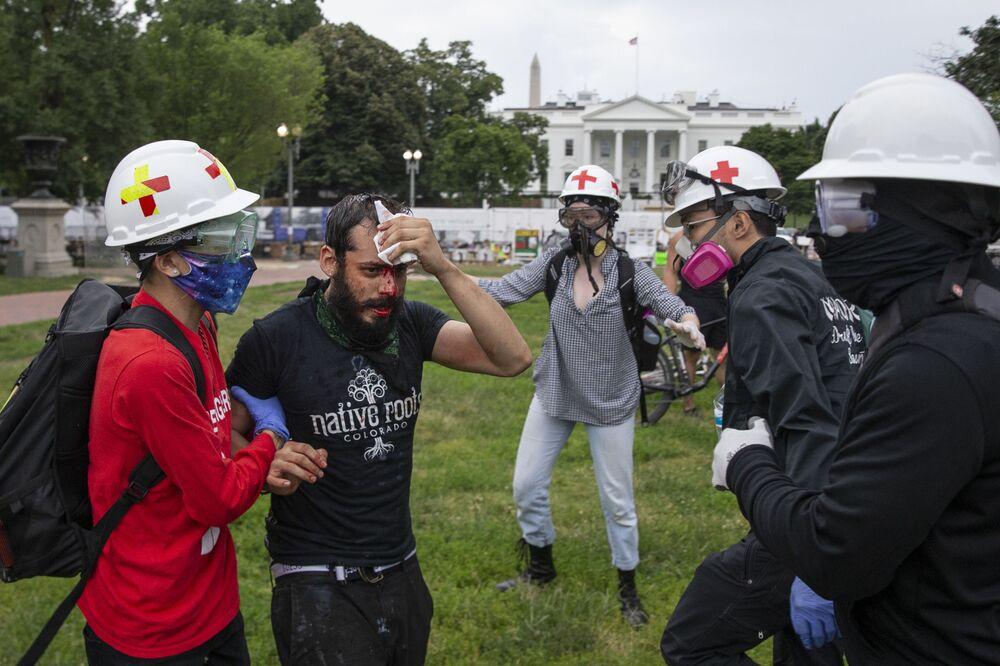 Protestující po střetech s policií ve Washingtonu.